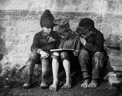 Resultado de imagem para enfants a lire black and white